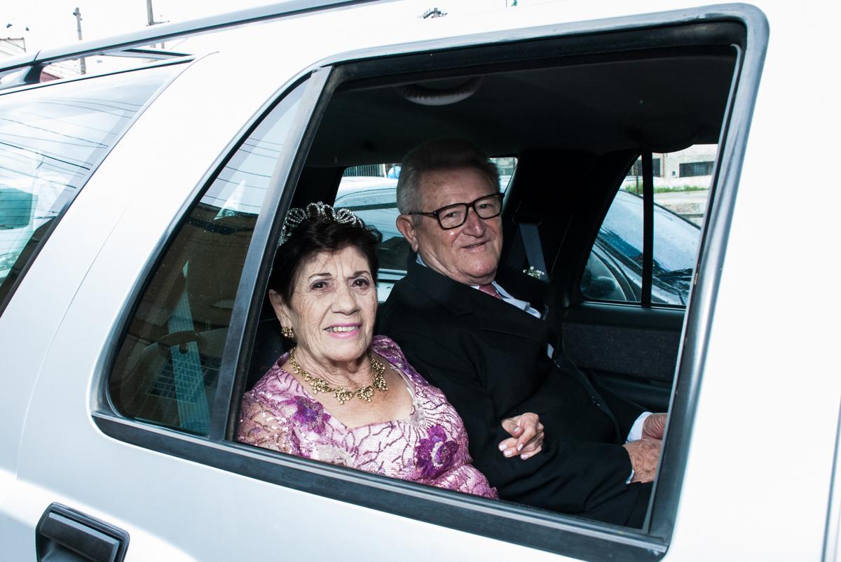 casal no carro chega para a Bodas de Ouro Maria Luiza e José Rodrigues, igreja Santa Ângela e São Serapio, Ipiranga