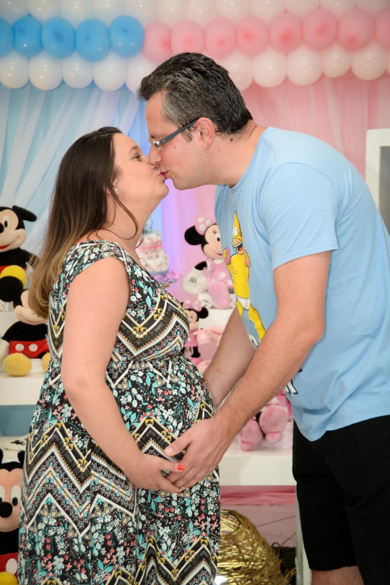 beijo do casal no Buffet Fábrica da Alegria, cha de bebe de Andrea