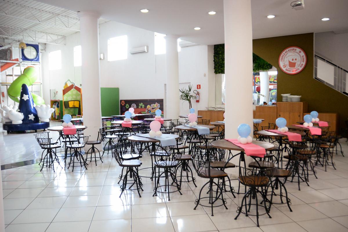 mesas do salão decorada com exigas