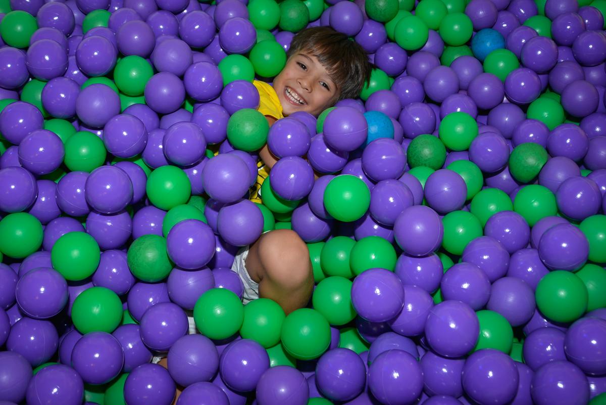 brincando na piscina de bolinhas no Buffet Fábrica da Alegria Morumbi São Paulo, aniversário de Henrique 6 anos tema da festa Dragon Bol Z