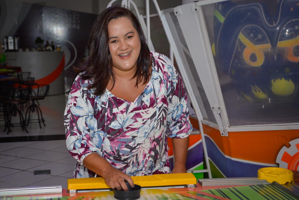 mamãe curte no futebol de mesa no Buffet Fábrica da Alegria Morumbi São Paulo, aniversário de Henrique 6 anos tema da festa Dragon Bol Z