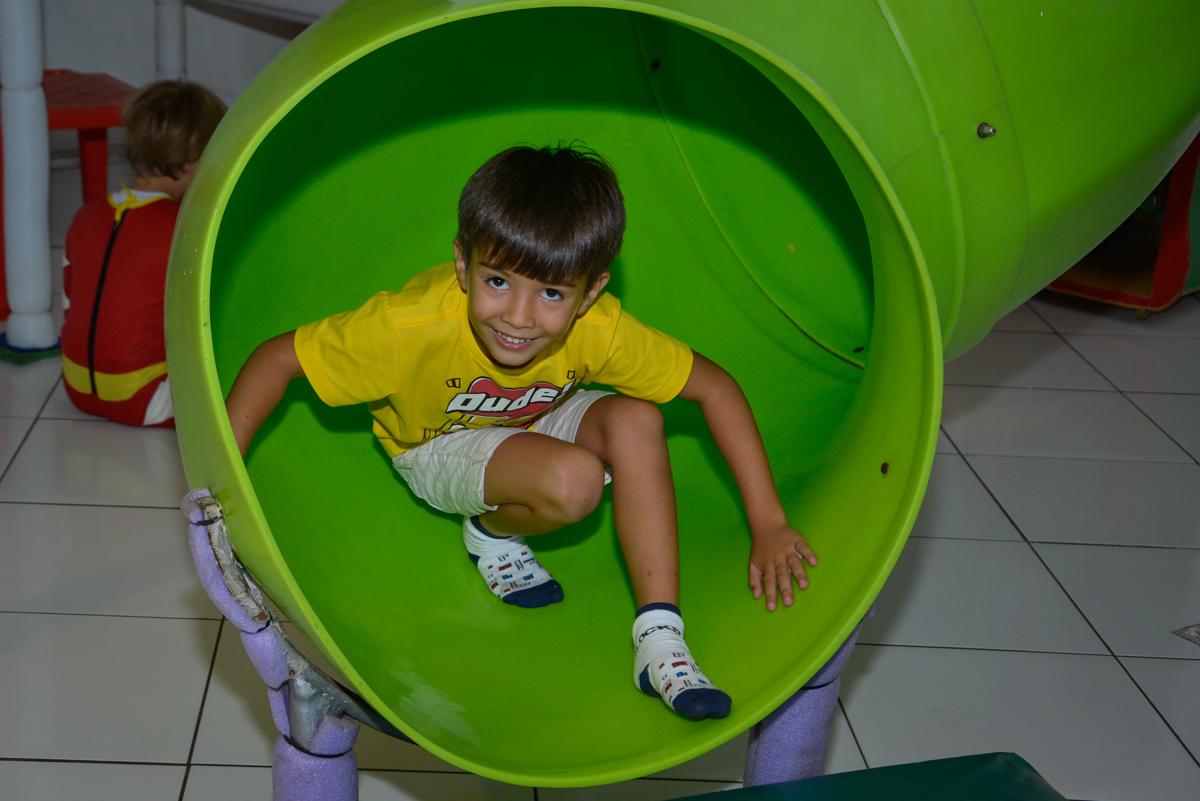 aniversariante desce no escorregador no Buffet Fábrica da Alegria Morumbi São Paulo, aniversário de Henrique 6 anos tema da festa Dragon Bol Z