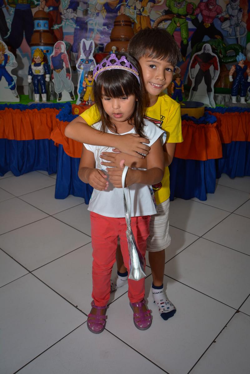 recebendo a amiga no Buffet Fábrica da Alegria Morumbi São Paulo, aniversário de Henrique 6 anos tema da festa Dragon Bol Z