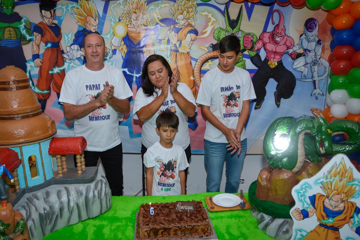 cantando parabéns no Buffet Fábrica da Alegria Morumbi São Paulo, aniversário de Henrique 6 anos tema da festa Dragon Bol Z