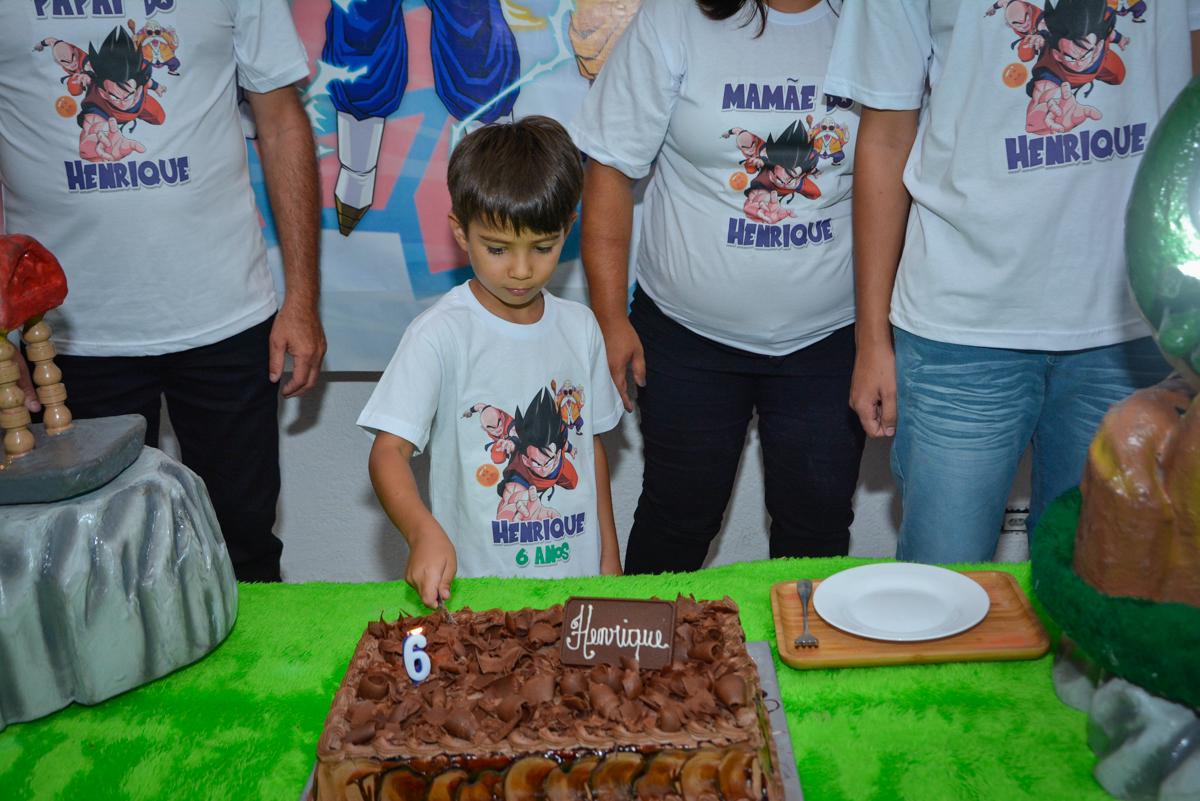 cortndo o primeiro pedaço de bolo no Buffet Fábrica da Alegria Morumbi São Paulo, aniversário de Henrique 6 anos tema da festa Dragon Bol Z