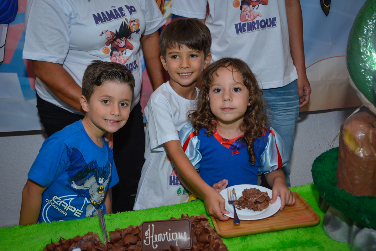 A amiga ganha o primeiro pedaço de bolo no Buffet Fábrica da Alegria Morumbi São Paulo, aniversário de Henrique 6 anos tema da festa Dragon Bol Z