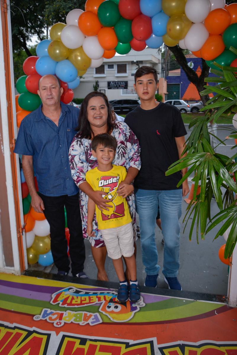 entrada da família para a festa no Buffet Fábrica da Alegria Morumbi São Paulo, aniversário de Henrique 6 anos tema da festa Dragon Bol Z