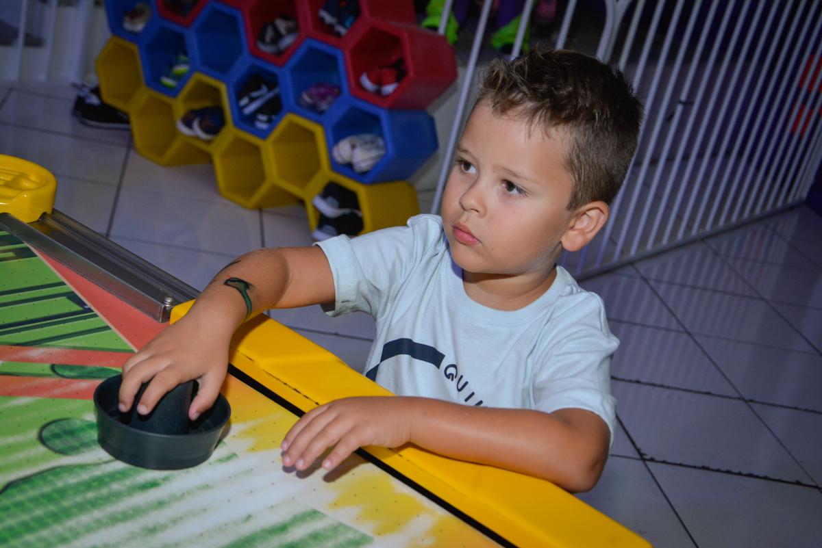 jogo de futebol animado no Buffet Fábrica da Alegria Morumbi São Paulo, aniversário de Henrique 6 anos tema da festa Dragon Bol Z