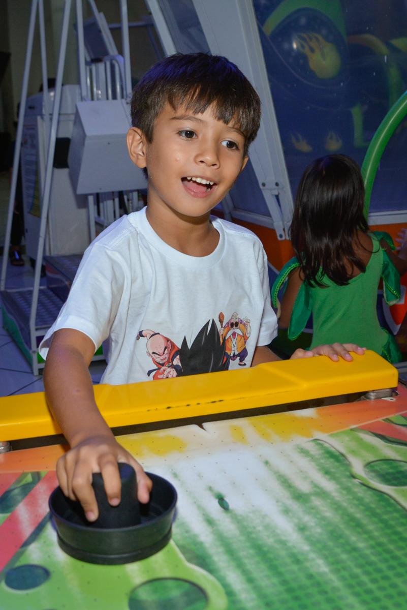 adversário do futebol é o aniversariante no Buffet Fábrica da Alegria Morumbi São Paulo, aniversário de Henrique 6 anos tema da festa Dragon Bol Z