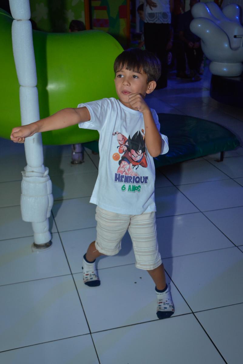 brincando no x box no Buffet Fábrica da Alegria Morumbi São Paulo, aniversário de Henrique 6 anos tema da festa Dragon Bol Z