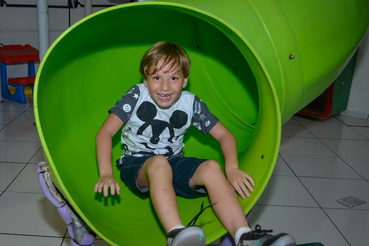 descendo no escorregador no Buffet Fábrica da Alegria Morumbi São Paulo, aniversário de Henrique 6 anos tema da festa Dragon Bol Z