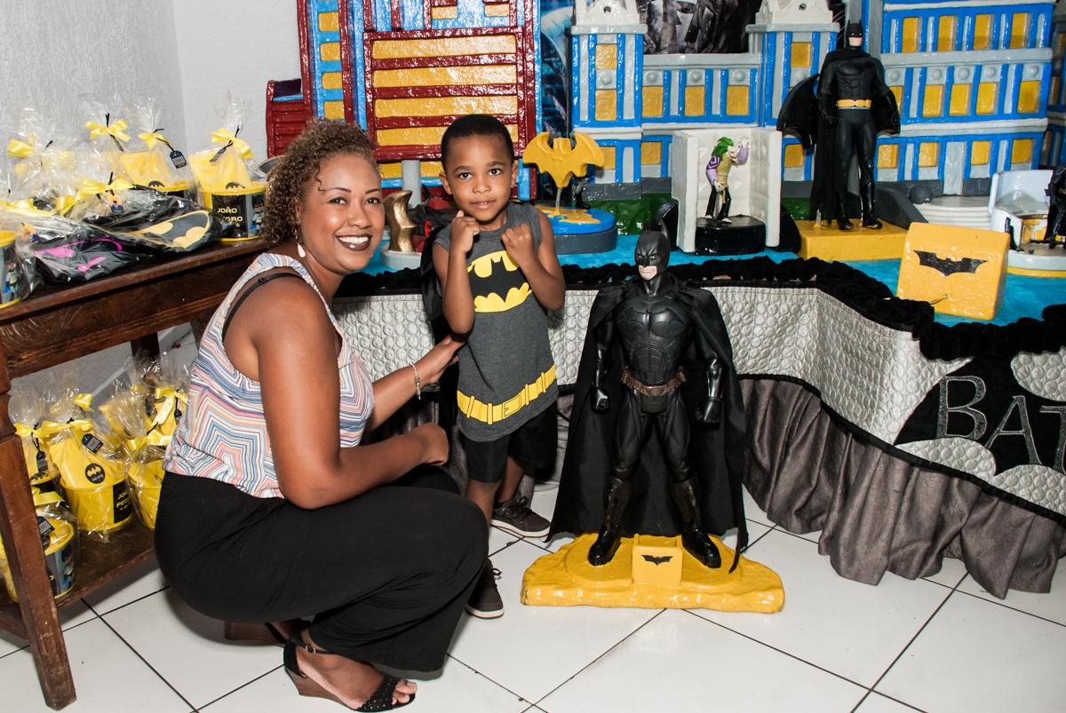 foto na mesa com a mamãe no Buffet Fábrica da Alegria Morumbi, São Paulo, aniversário de João Pedro 4 anos tema da festa Batman