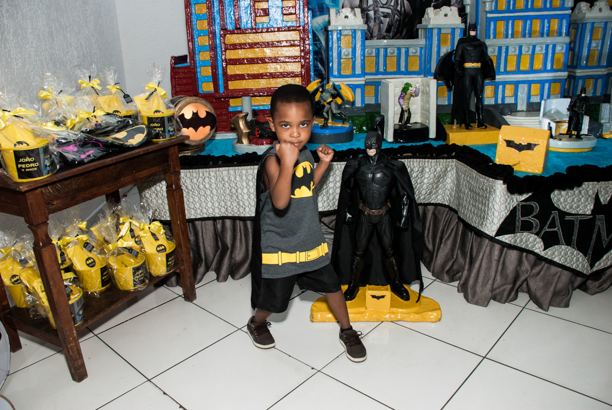 posando para a foto no Buffet Fábrica da Alegria Morumbi, São Paulo, aniversário de João Pedro 4 anos tema da festa Batman