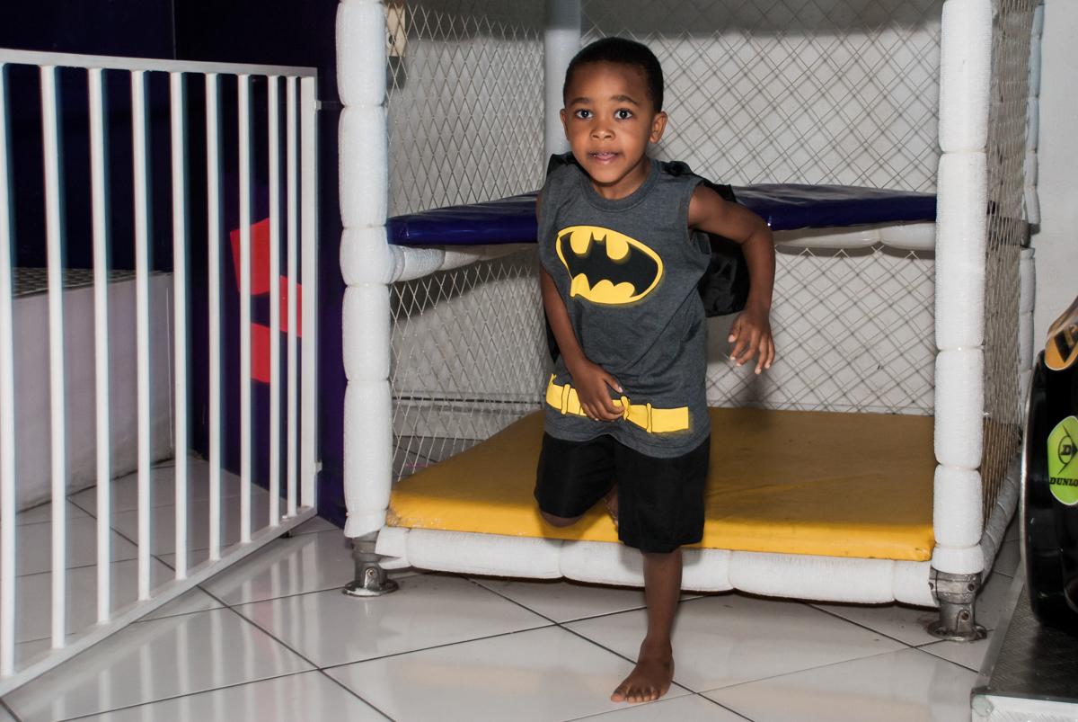 descendo do brinquedão no Buffet Fábrica da Alegria Morumbi, São Paulo, aniversário de João Pedro 4 anos tema da festa Batman