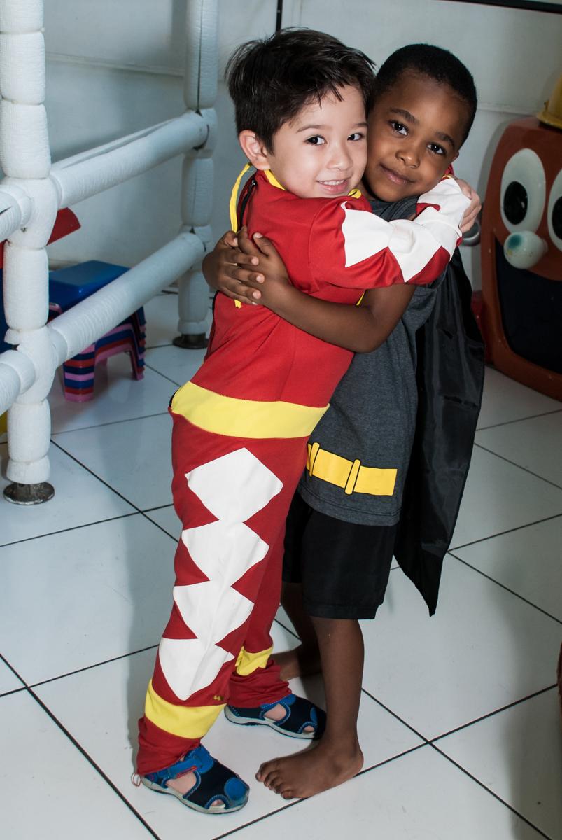recebendo o amigo para sua festa no Buffet Fábrica da Alegria Morumbi, São Paulo, aniversário de João Pedro 4 anos tema da festa Batman