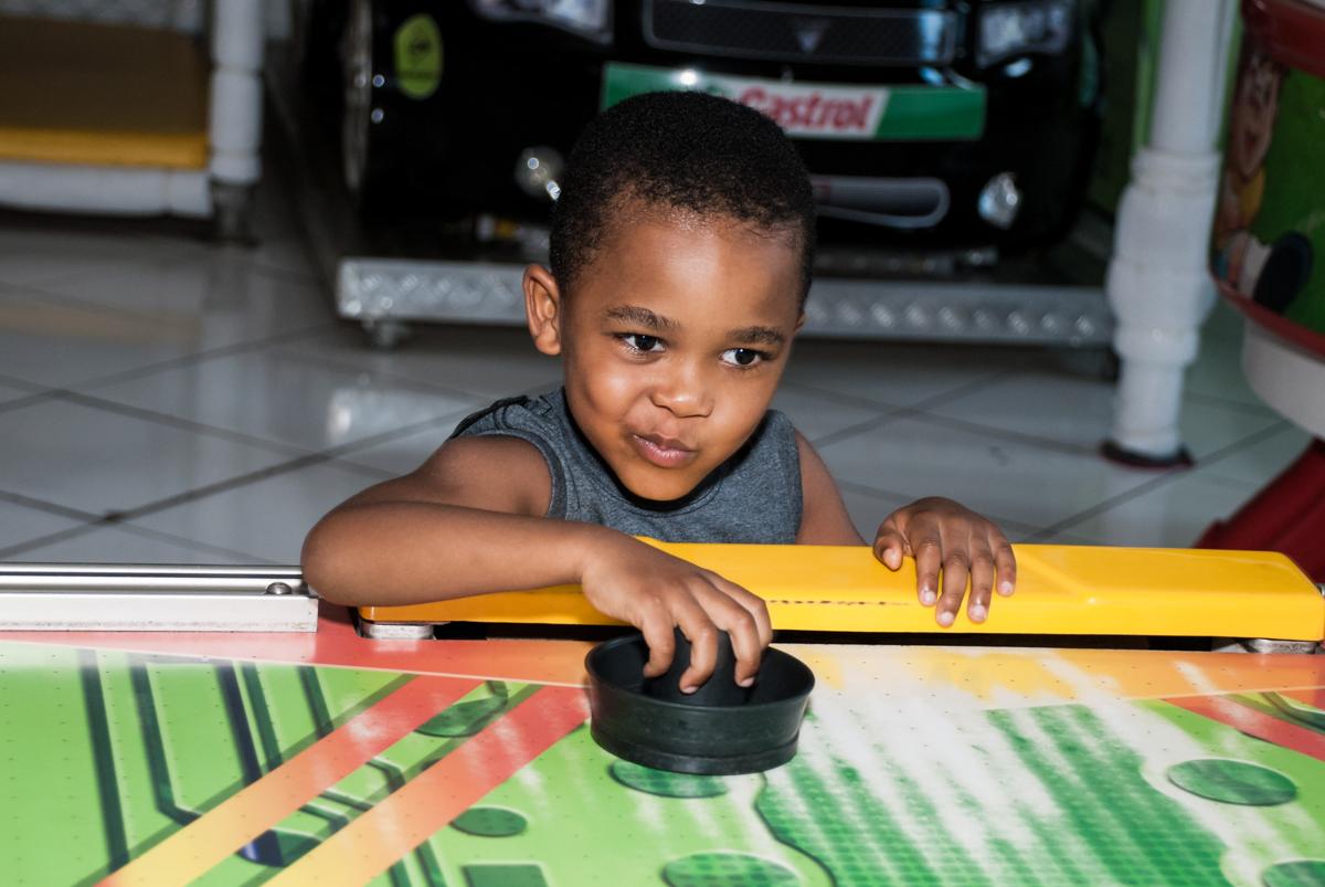 mais jogador no futebol no Buffet Fábrica da Alegria Morumbi, São Paulo, aniversário de João Pedro 4 anos tema da festa Batman