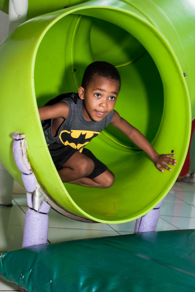 escorregador divertido no Buffet Fábrica da Alegria Morumbi, São Paulo, aniversário de João Pedro 4 anos tema da festa Batman