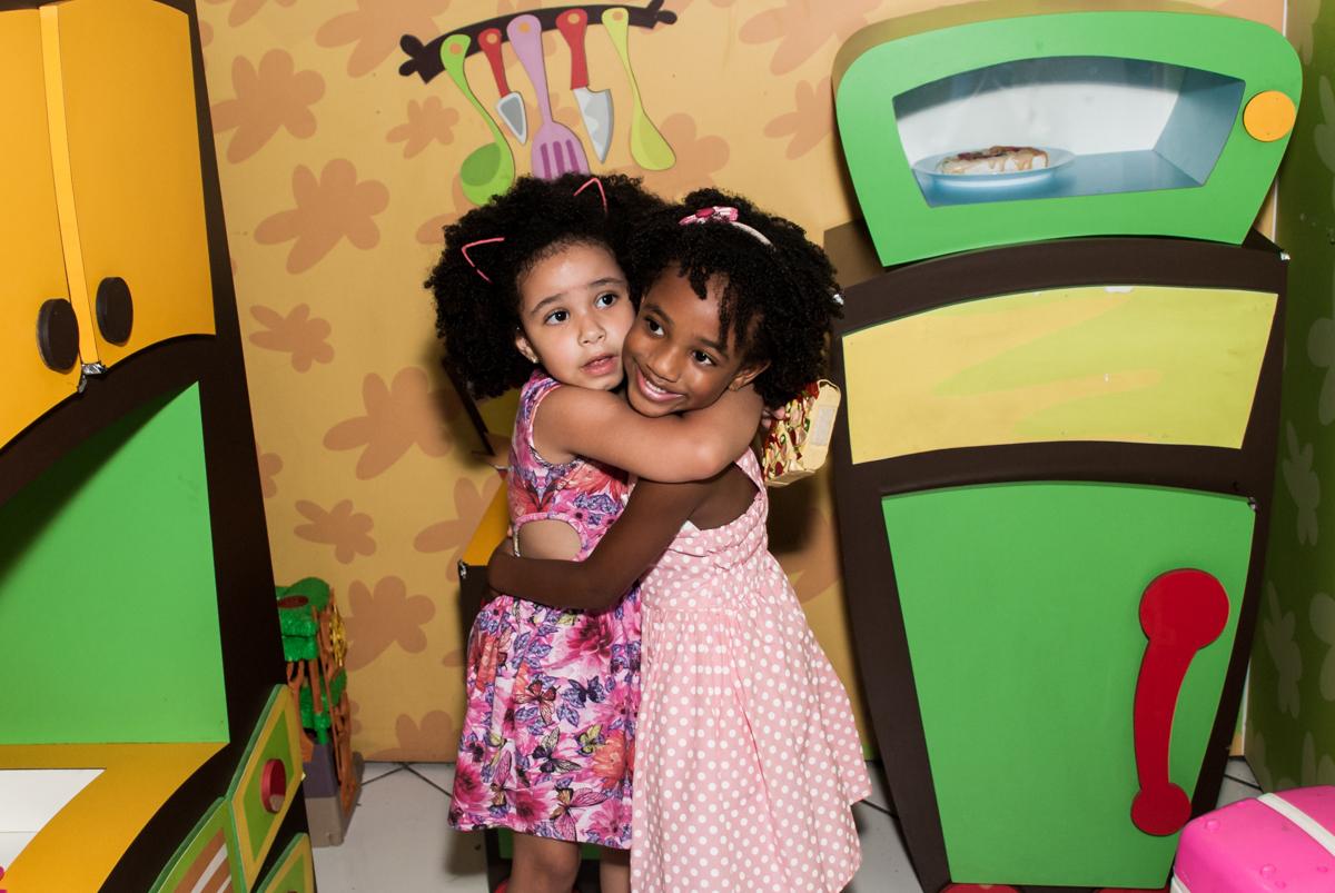 abraço das amigas no Buffet Fábrica da Alegria Morumbi, São Paulo, aniversário de João Pedro 4 anos tema da festa Batman