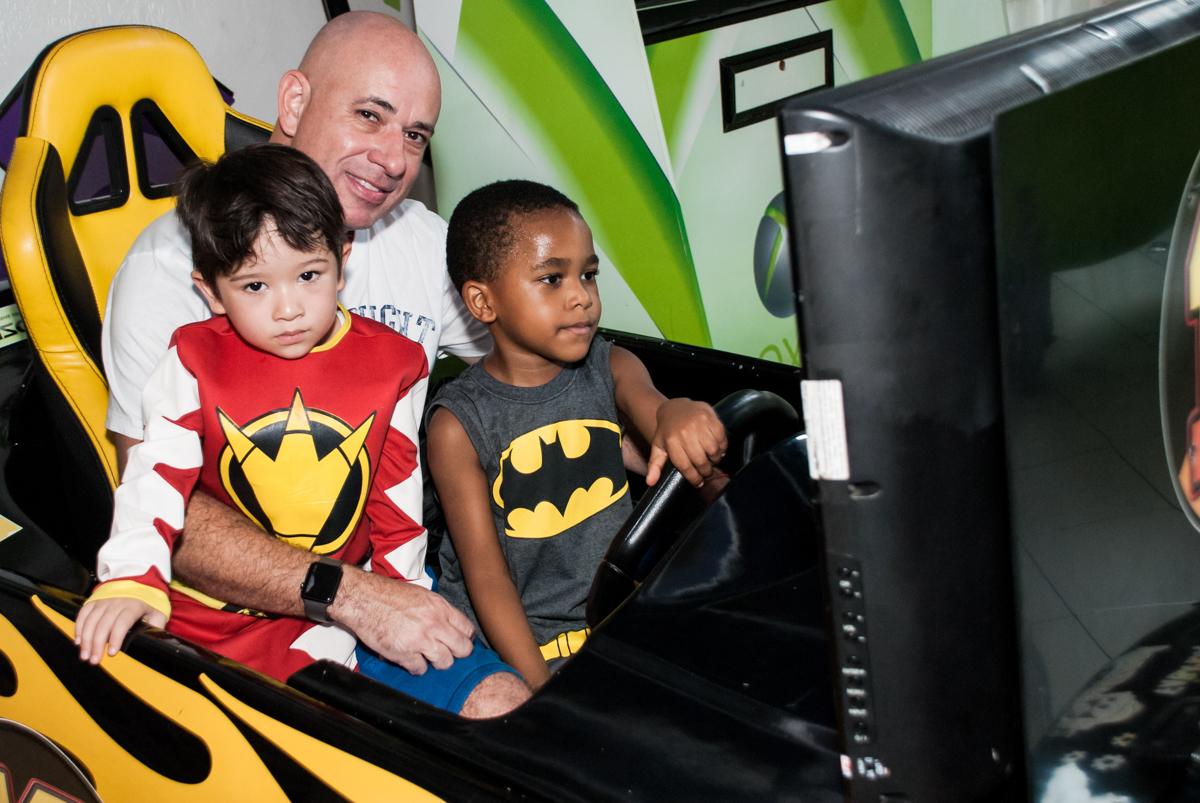 posando para a foto no simulador de corridas no Buffet Fábrica da Alegria Morumbi, São Paulo, aniversário de João Pedro 4 anos tema da festa Batman
