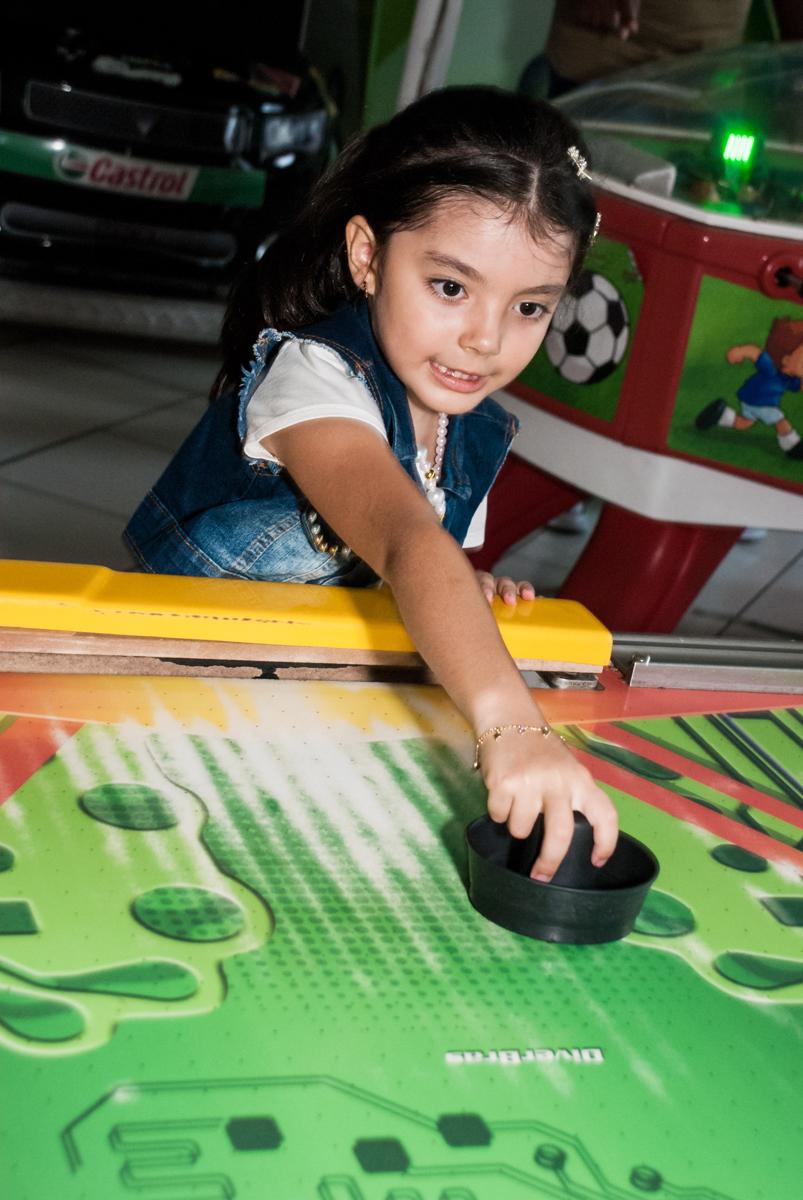 as meninas também brincam no futebol no Buffet Fábrica da Alegria Morumbi, São Paulo, aniversário de João Pedro 4 anos tema da festa Batman