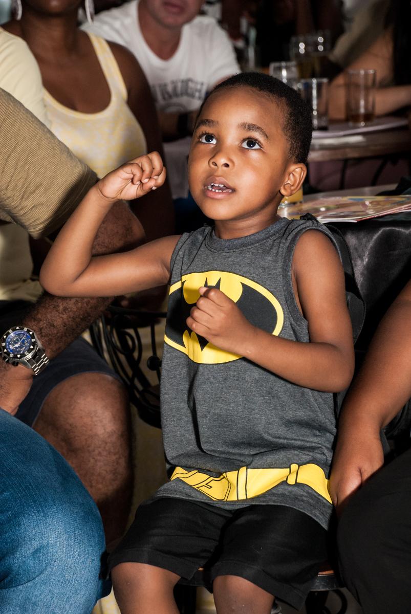 O aniversariante assiste a retrospectiva no Buffet Fábrica da Alegria Morumbi, São Paulo, aniversário de João Pedro 4 anos tema da festa Batman