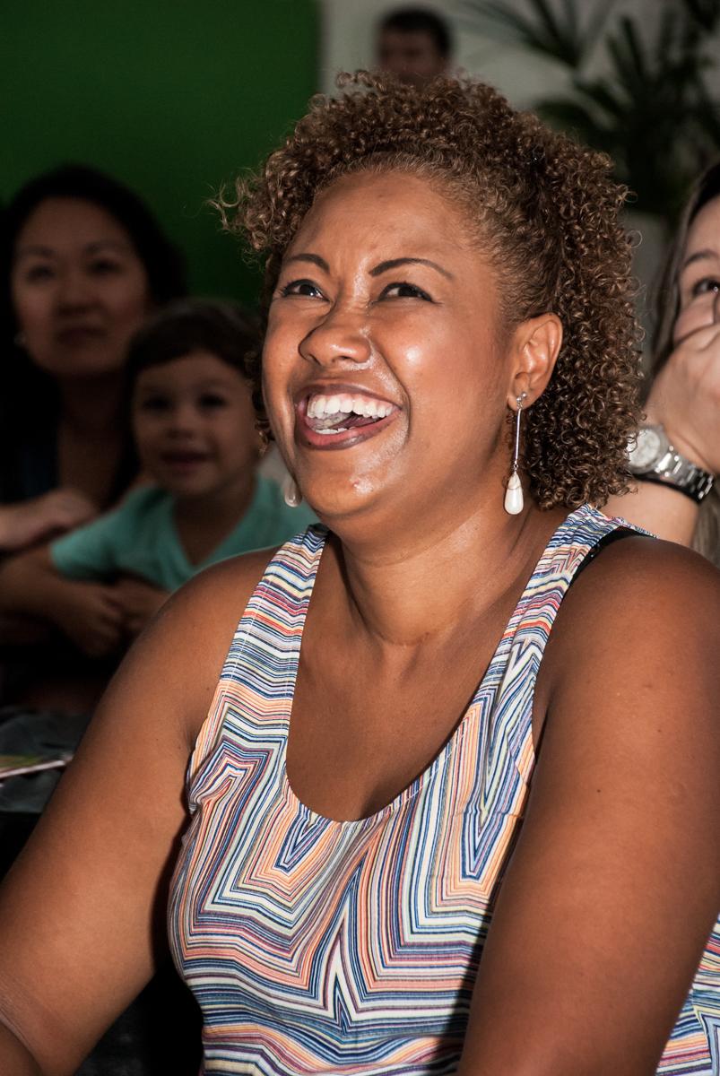 A mamãe se diverte com a retrospectiva no Buffet Fábrica da Alegria Morumbi, São Paulo, aniversário de João Pedro 4 anos tema da festa Batman