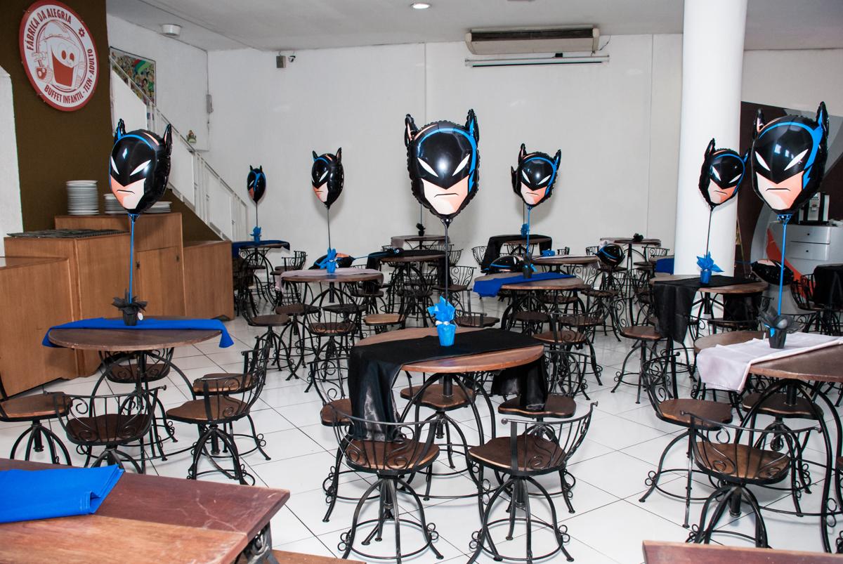 mesa do salão decorada com balão no Buffet Fábrica da Alegria Morumbi, São Paulo, aniversário de João Pedro 4 anos tema da festa Batman
