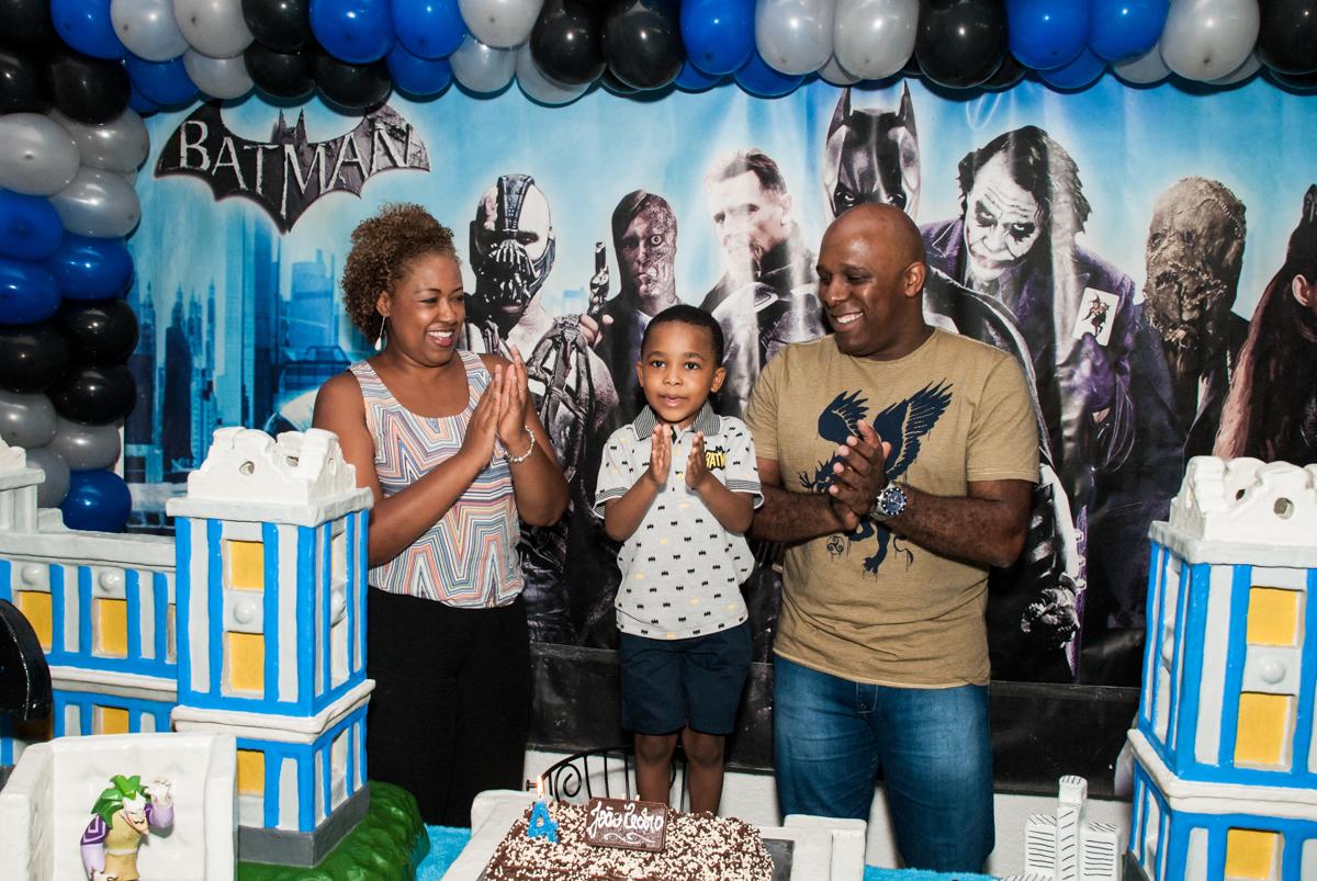 Parabéns animado no Buffet Fábrica da Alegria Morumbi, São Paulo, aniversário de João Pedro 4 anos tema da festa Batman