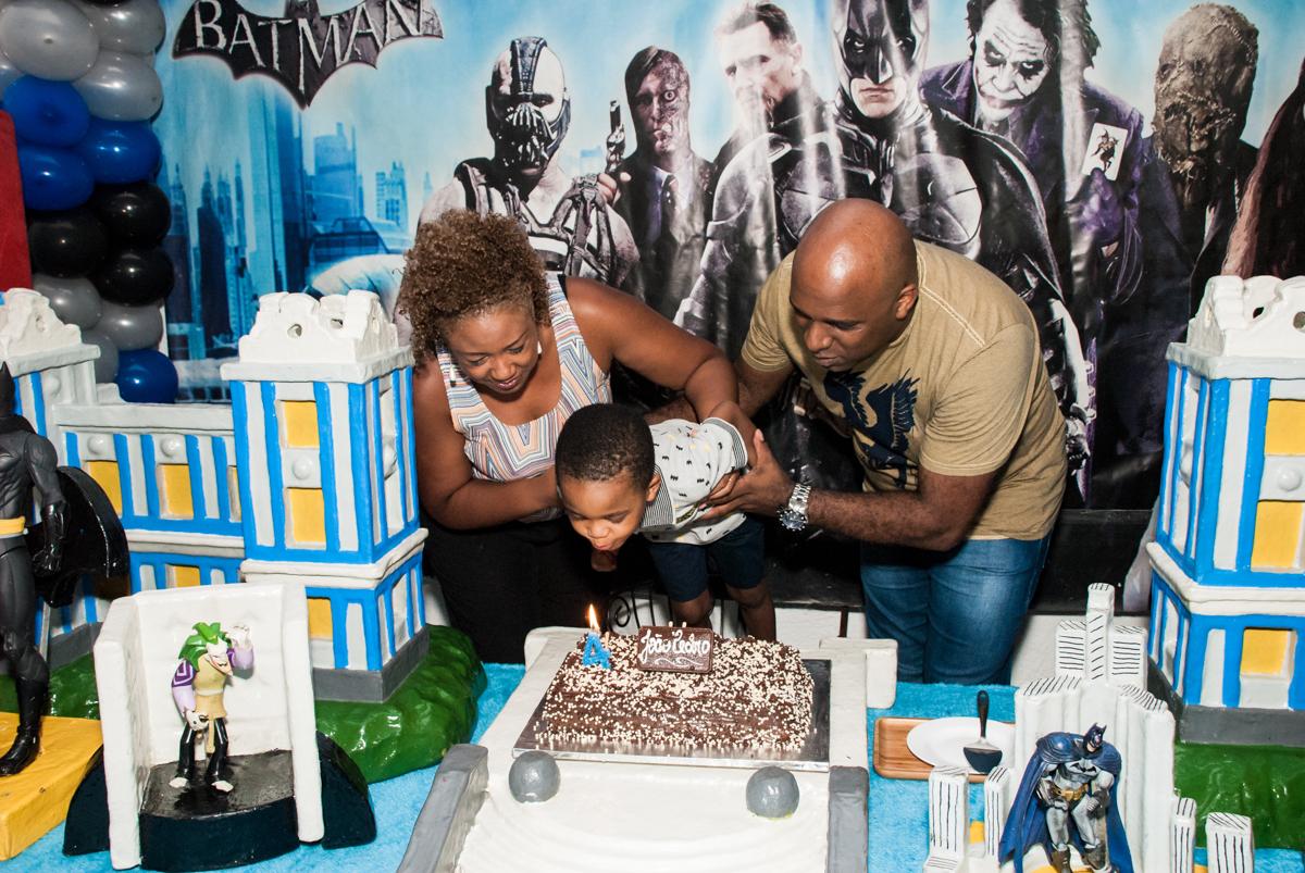 soprando a vela do bolo no Buffet Fábrica da Alegria Morumbi, São Paulo, aniversário de João Pedro 4 anos tema da festa Batman