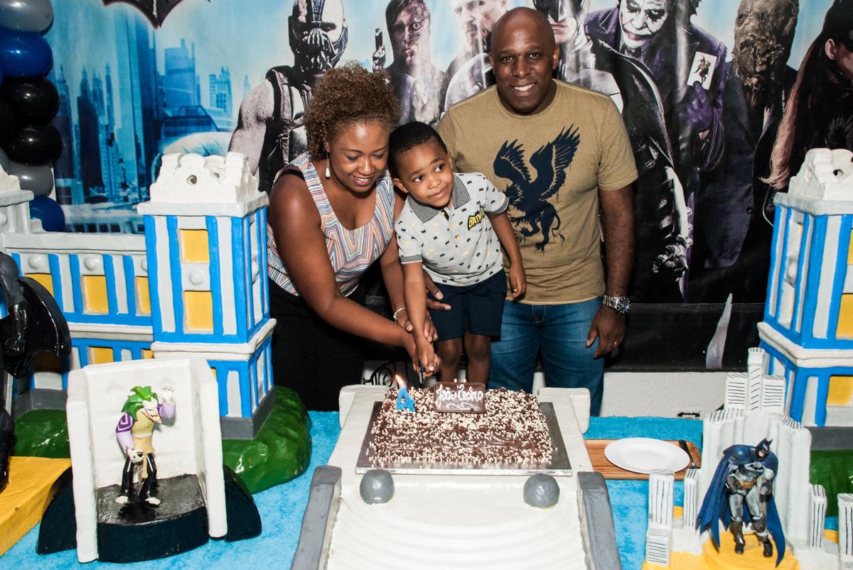 cortando o primeiro pedço de bolo no Buffet Fábrica da Alegria Morumbi, São Paulo, aniversário de João Pedro 4 anos tema da festa Batman