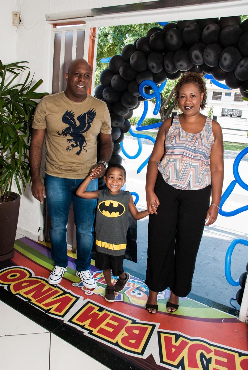 entrada da família na festa no Buffet Fábrica da Alegria Morumbi, São Paulo, aniversário de João Pedro 4 anos tema da festa Batman