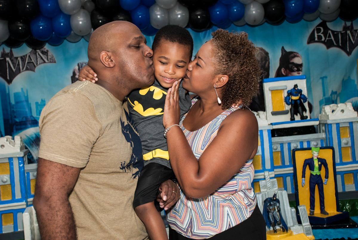 beijo sanduiche no Buffet Fábrica da Alegria Morumbi, São Paulo, aniversário de João Pedro 4 anos tema da festa Batman