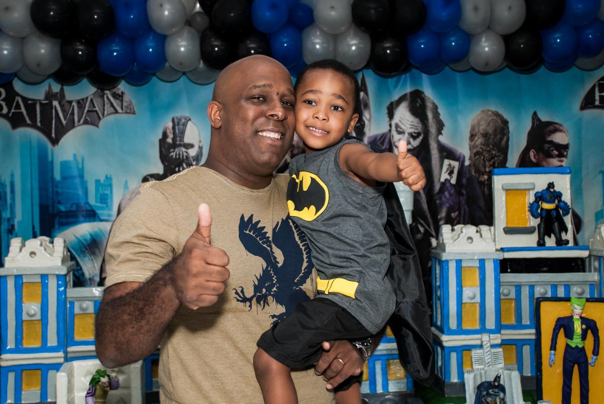 foto com o papai no Buffet Fábrica da Alegria Morumbi, São Paulo, aniversário de João Pedro 4 anos tema da festa Batman