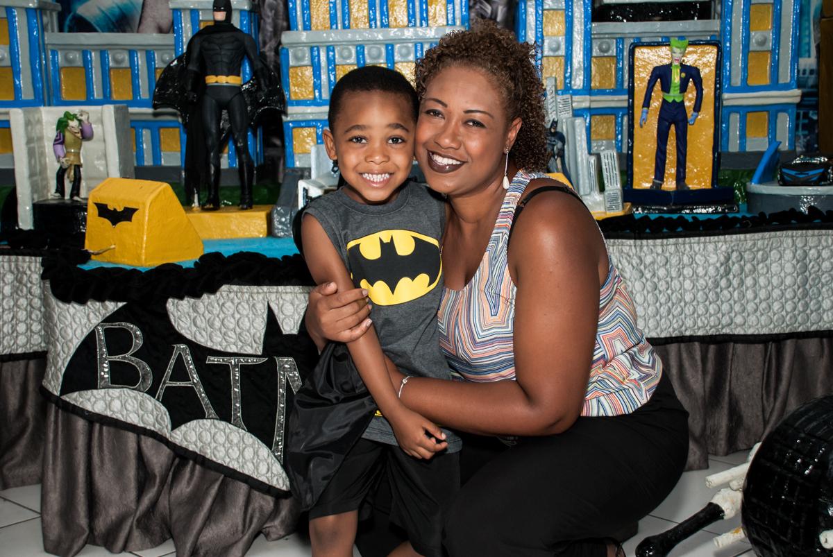 foto com a mamãe no Buffet Fábrica da Alegria Morumbi, São Paulo, aniversário de João Pedro 4 anos tema da festa Batman