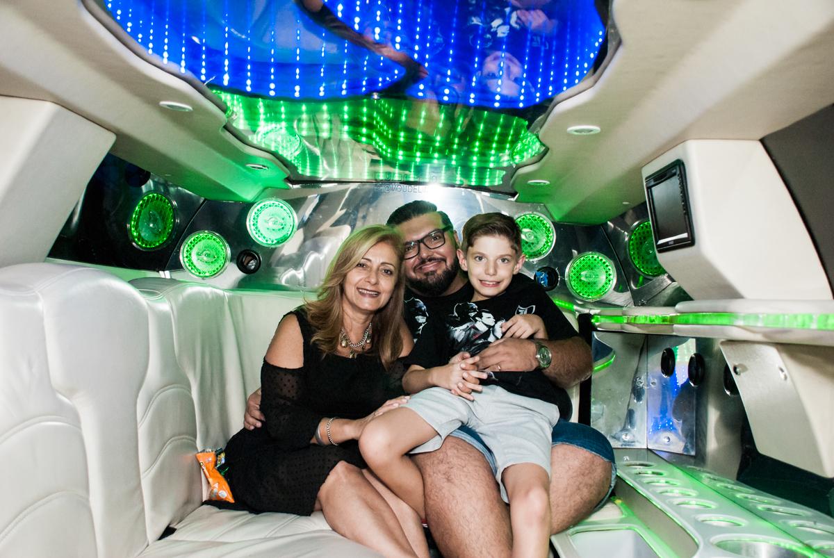 aniversariante com o pai na limousine no Buffet Fábrica da Alegria, Osasco, São Paulo, aniversário de Matheus 9 anos tema da festa Super Heróis