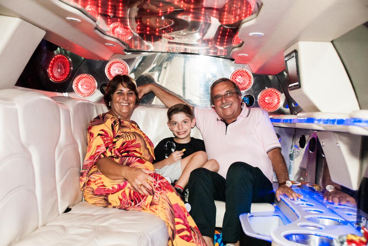 aniversariante na limousine com os avós no Buffet Fábrica da Alegria, Osasco, São Paulo, aniversário de Matheus 9 anos tema da festa Super Heróis