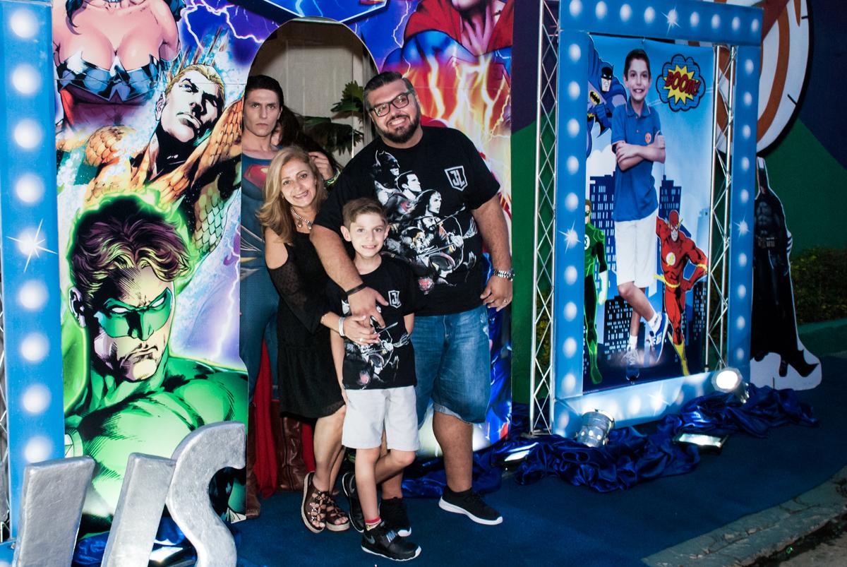 entrada da família para a festa no Buffet Fábrica da Alegria, Osasco, São Paulo, aniversário de Matheus 9 anos tema da festa Super Heróis