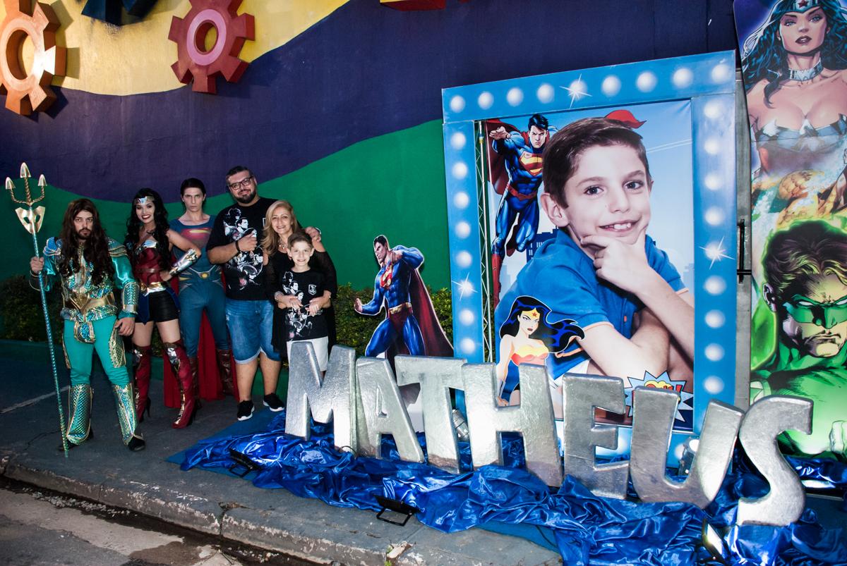 posando para a foto na fahada cinema no Buffet Fábrica da Alegria, Osasco, São Paulo, aniversário de Matheus 9 anos tema da festa Super Heróis