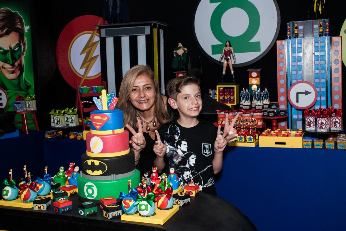 feliz fazendo foto com a tia no Buffet Fábrica da Alegria, Osasco, São Paulo, aniversário de Matheus 9 anos tema da festa Super Heróis