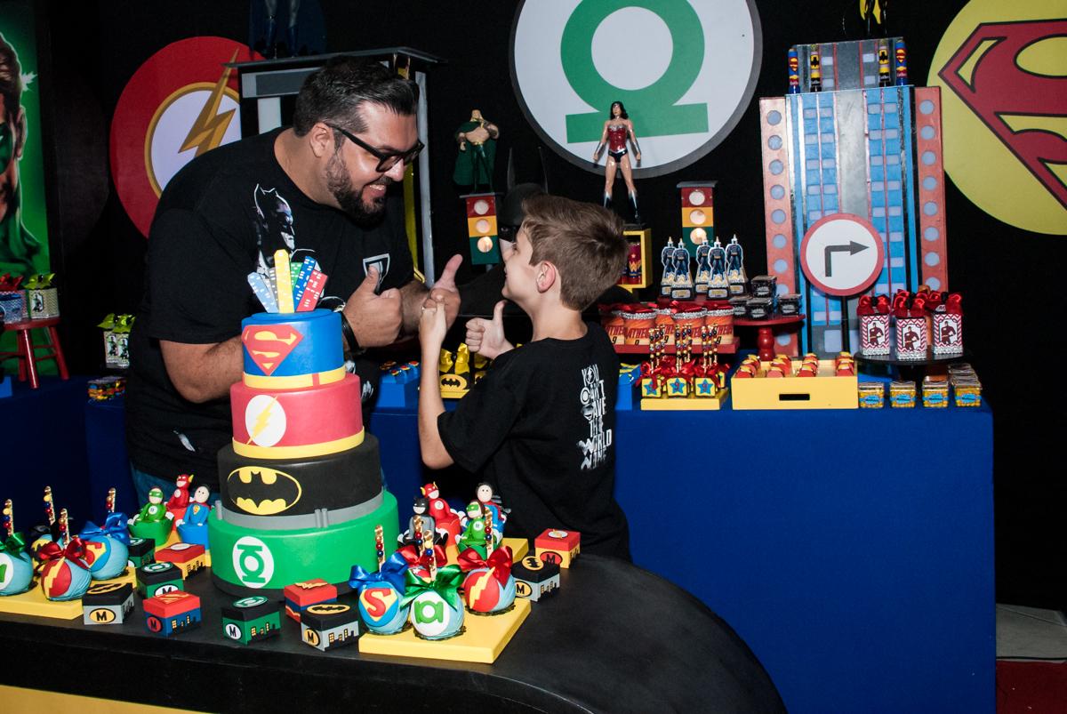 cumprimentos feliz no Buffet Fábrica da Alegria, Osasco, São Paulo, aniversário de Matheus 9 anos tema da festa Super Heróis
