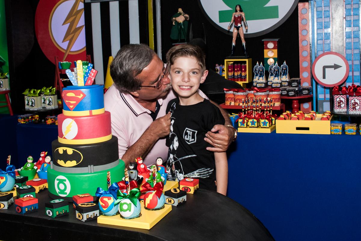 carinho do vovô no Buffet Fábrica da Alegria, Osasco, São Paulo, aniversário de Matheus 9 anos tema da festa Super Heróis