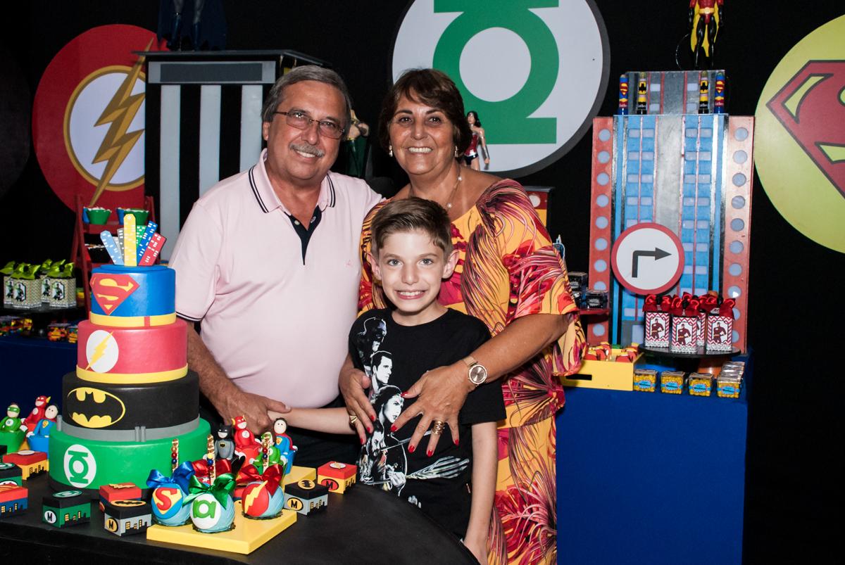 Os avós felizes com o neto no Buffet Fábrica da Alegria, Osasco, São Paulo, aniversário de Matheus 9 anos tema da festa Super Heróis