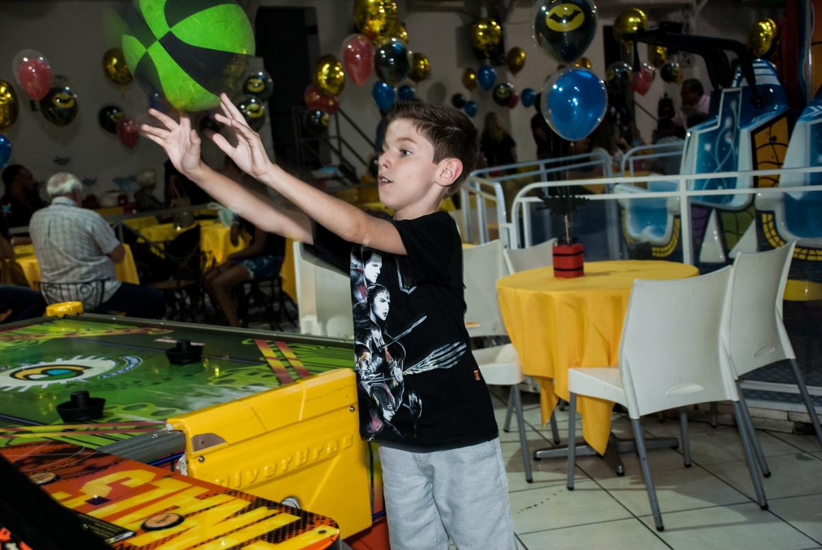 jogando basquete no Buffet Fábrica da Alegria, Osasco, São Paulo, aniversário de Matheus 9 anos tema da festa Super Heróis