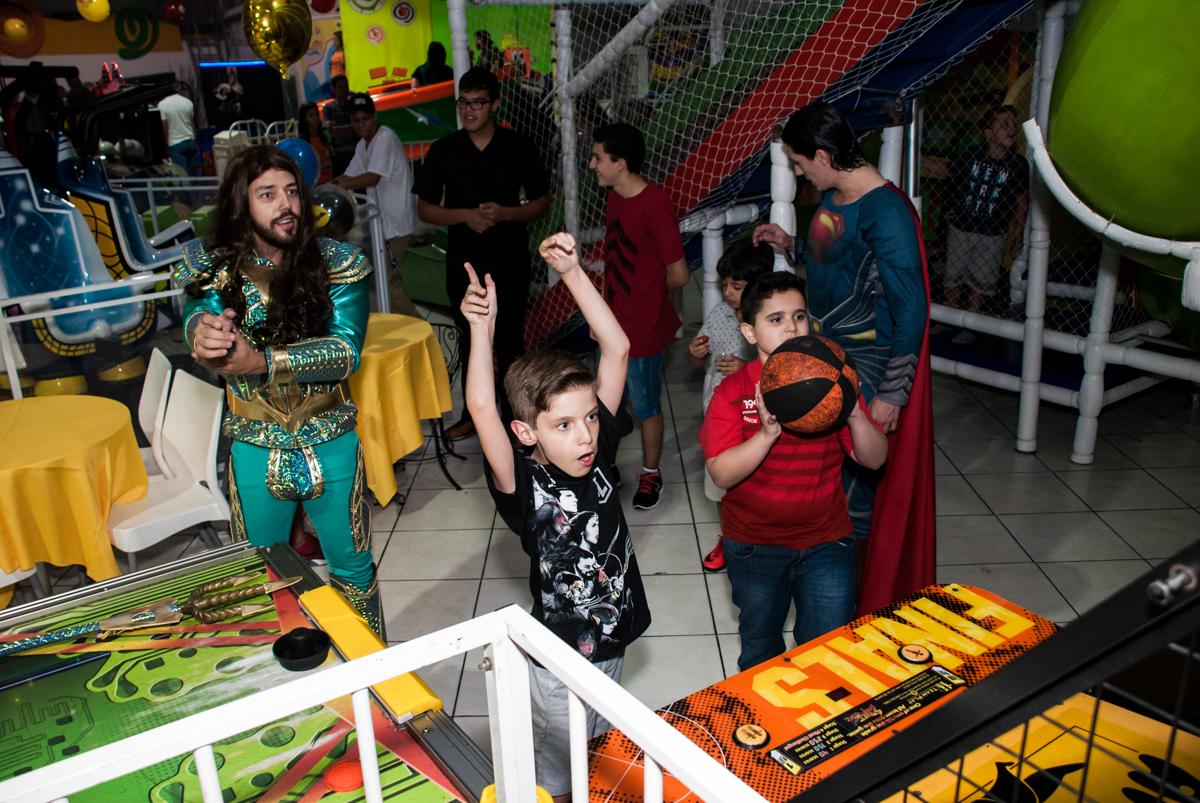 muitas cestas no jogo de basquete no Buffet Fábrica da Alegria, Osasco, São Paulo, aniversário de Matheus 9 anos tema da festa Super Heróis