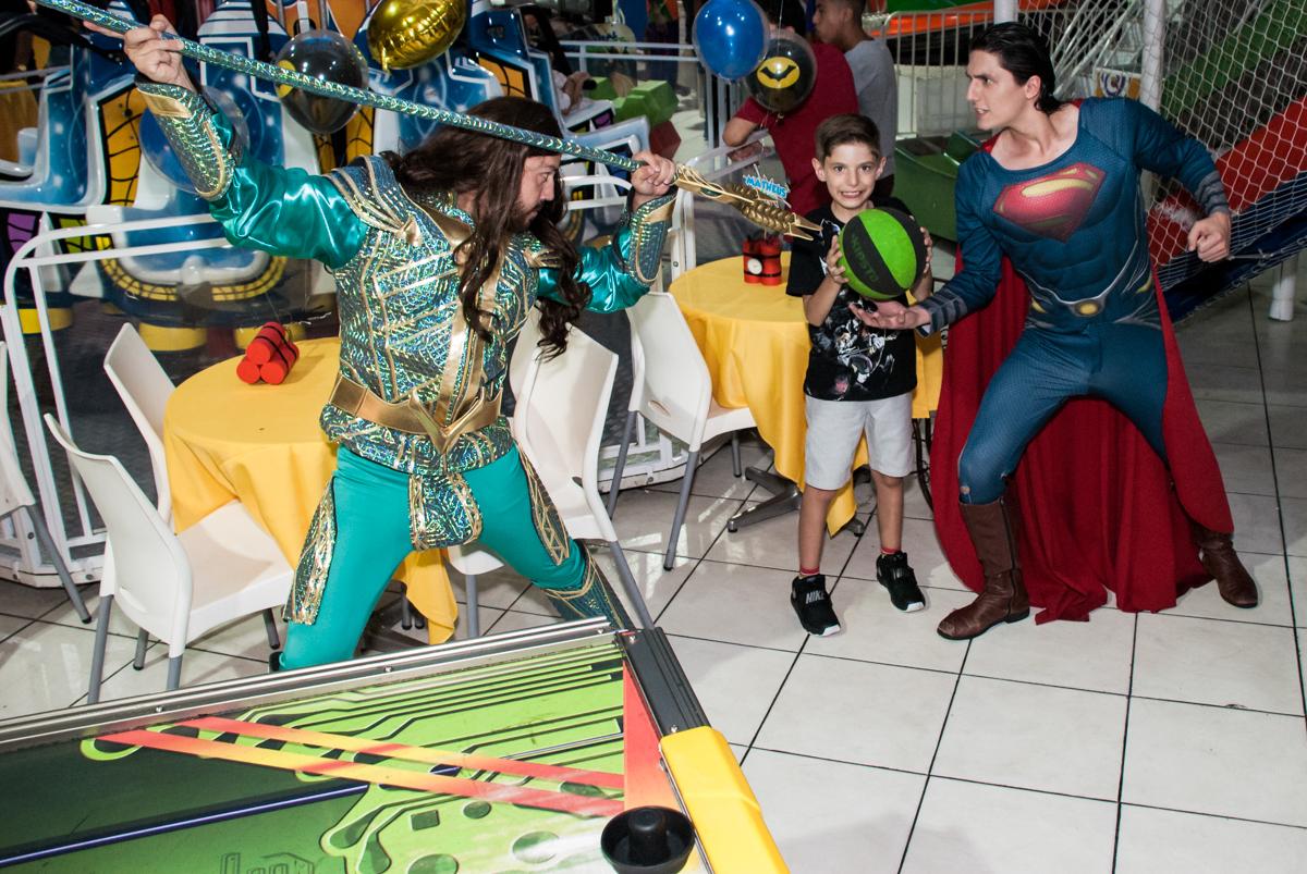 todos jogam basquete no Buffet Fábrica da Alegria, Osasco, São Paulo, aniversário de Matheus 9 anos tema da festa Super Heróis