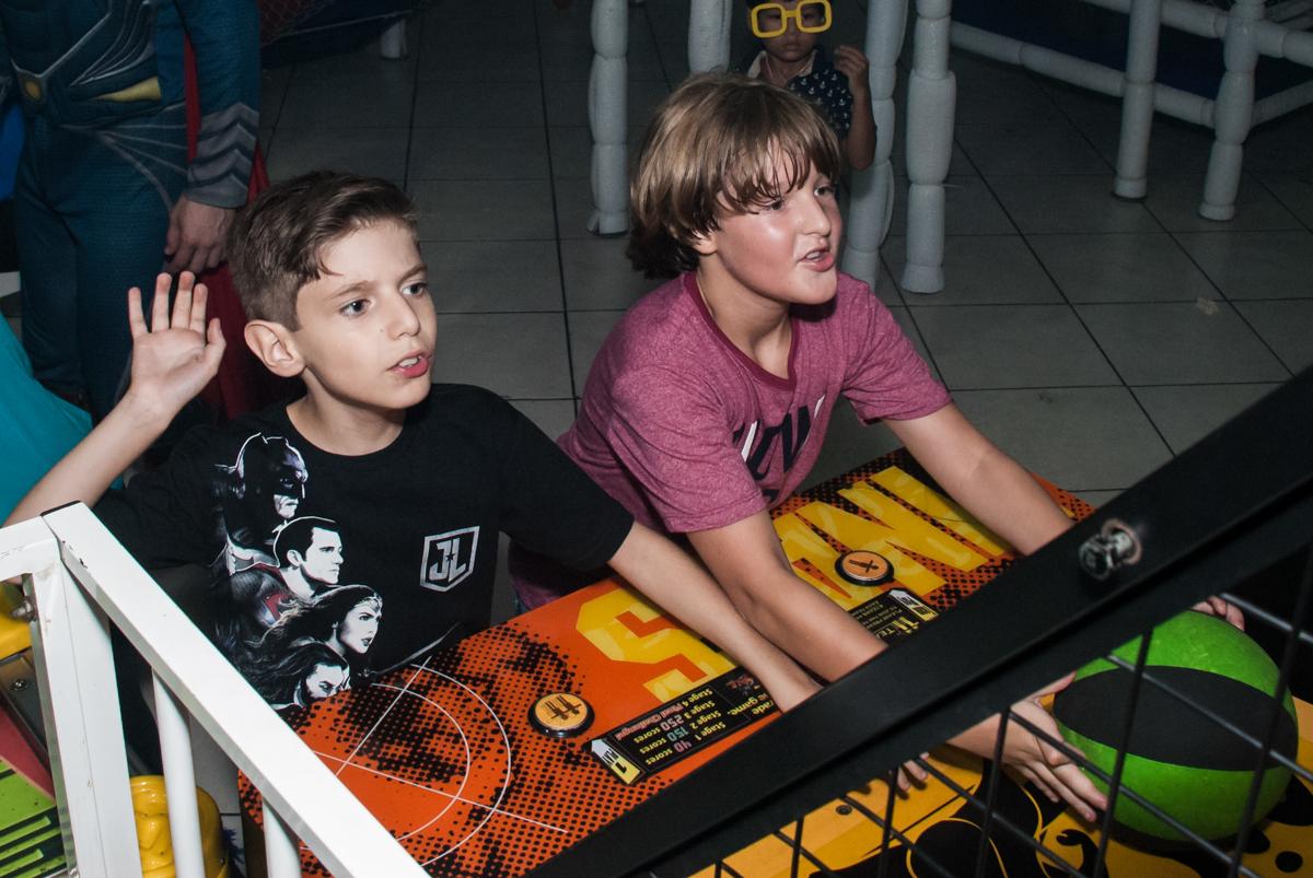 amigos jogam basquete no Buffet Fábrica da Alegria, Osasco, São Paulo, aniversário de Matheus 9 anos tema da festa Super Heróis