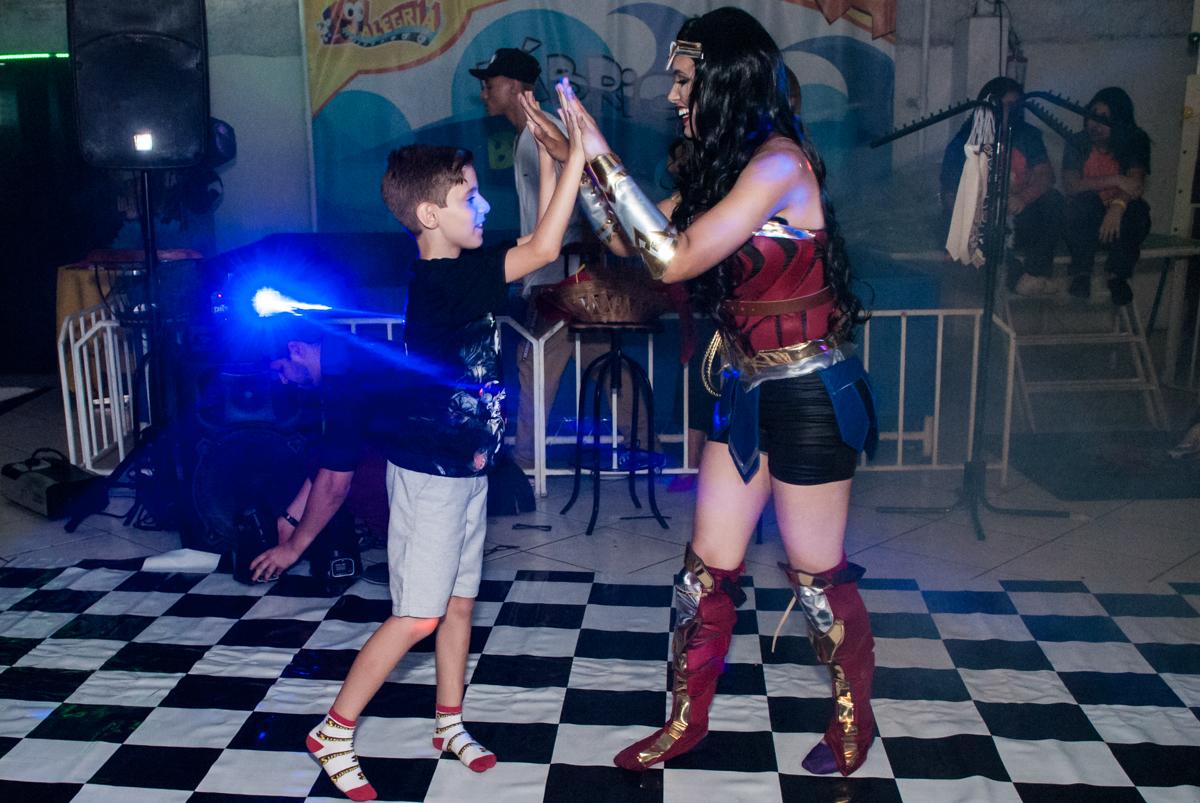 show com a mulher maravilha no Buffet Fábrica da Alegria, Osasco, São Paulo, aniversário de Matheus 9 anos tema da festa Super Heróis