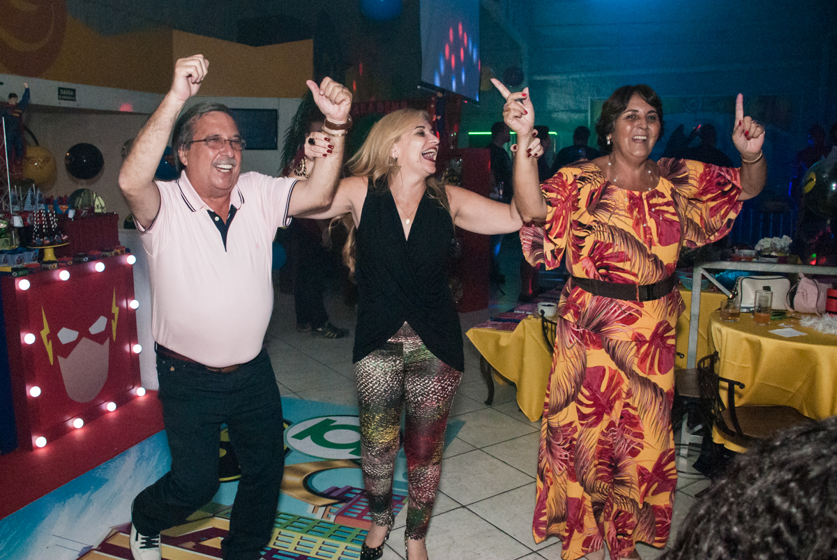 Os adultos curtem a balada no Buffet Fábrica da Alegria, Osasco, São Paulo, aniversário de Matheus 9 anos tema da festa Super Heróis