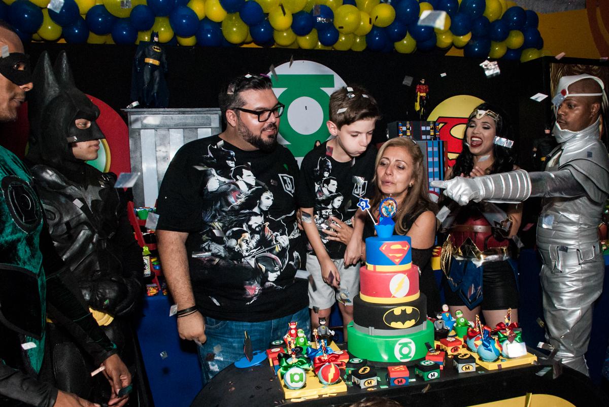 soprando a vela no bolo no Buffet Fábrica da Alegria, Osasco, São Paulo, aniversário de Matheus 9 anos tema da festa Super Heróis