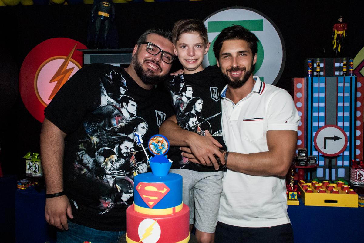 foto com o tio no Buffet Fábrica da Alegria, Osasco, São Paulo, aniversário de Matheus 9 anos tema da festa Super Heróis